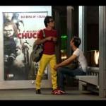 【ドッキリ動画】チャッキーが襲ってくるこわ~~いバス停に人々絶叫ww