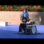 【フラッシュモブ】広場に置かれたドラムセットに近づいたお巡りさんが!!!